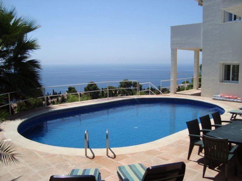 LUXURY VILLA WITH SPECTACULAR PANORAMIC VIEWS ACROSS THE BAY. This luxury modern home comprises 4 be, Spain