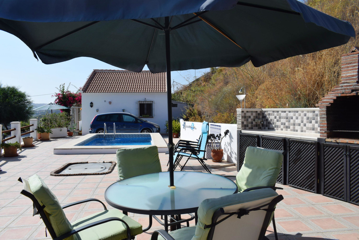 This modern villa has been recently renovated. It is situated just before the village of Almachar an,Spain