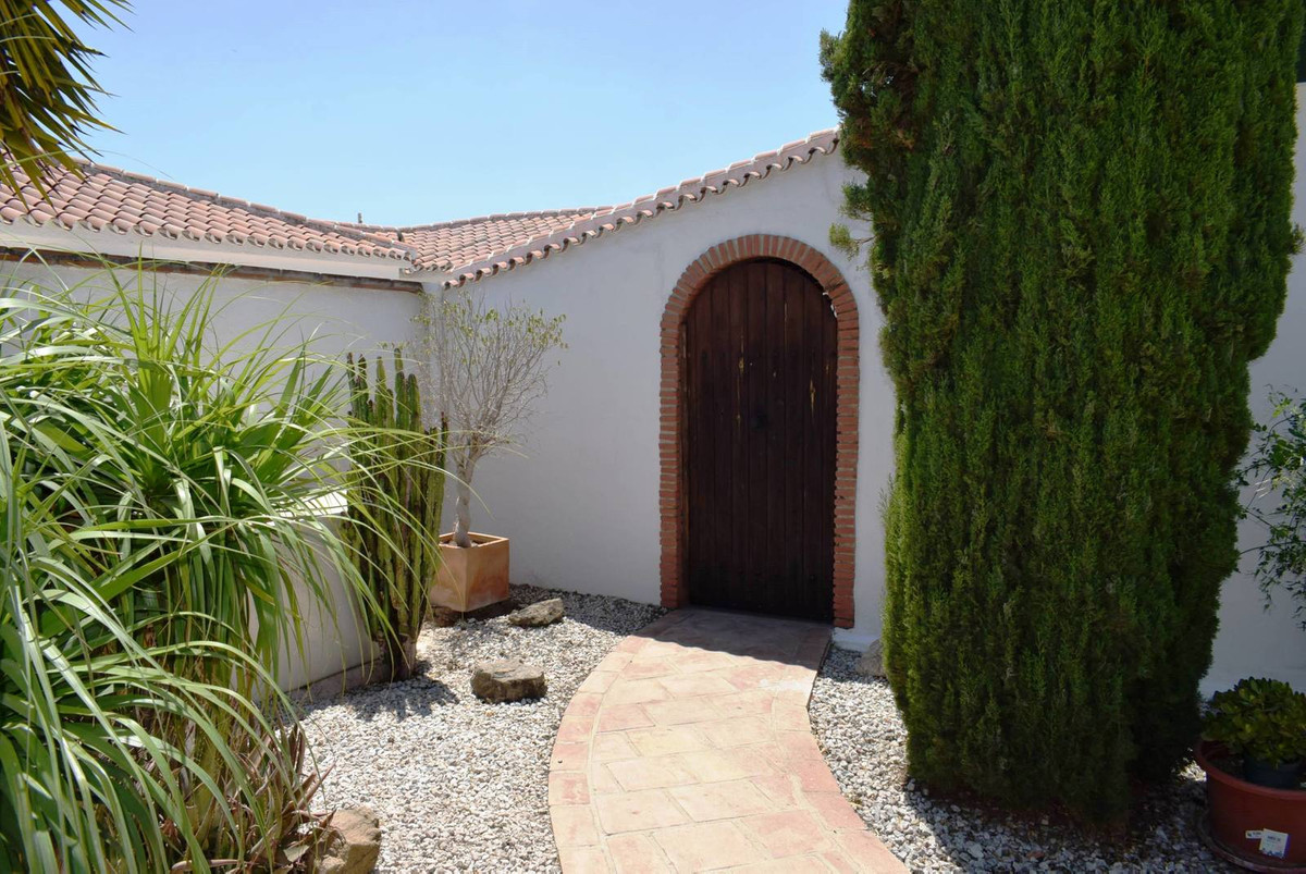 This 3 bedroom villa is located in Puente don Manuel, only a 20 minute drive to the coast. It is a c,Spain