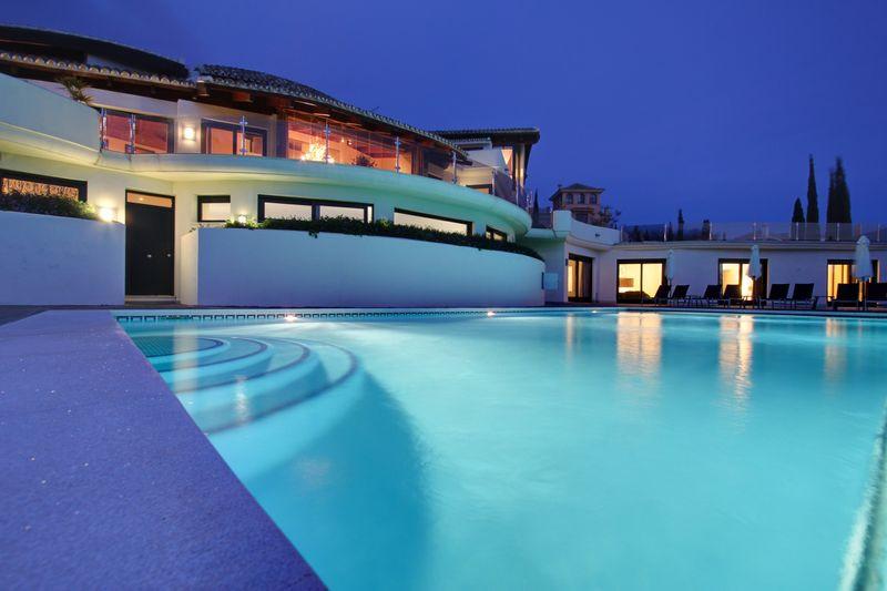 10 Bedrooms Villa