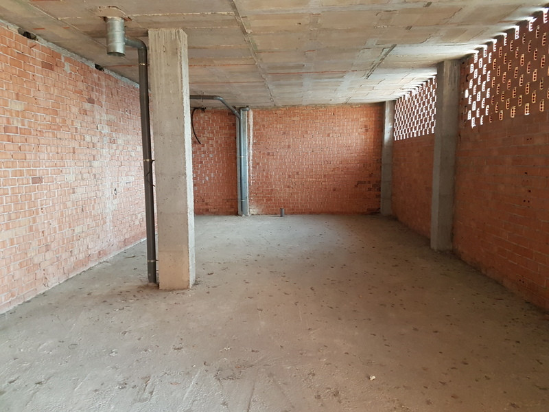 Commercial in a very busy and central area of Coin,  making it ideal for any business. It has 95 m2 ,Spain