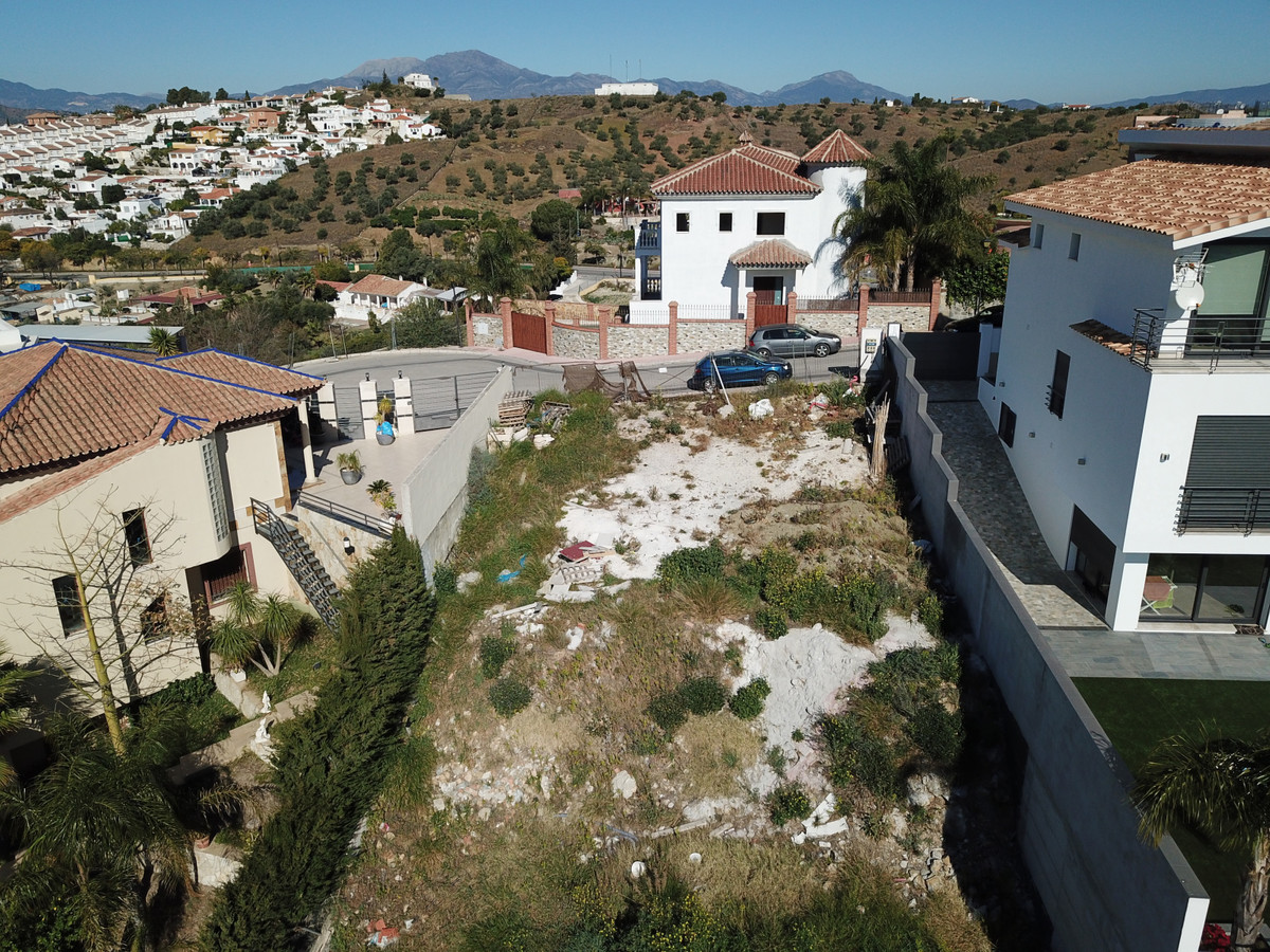 Urban plot located in the Sierra Chica urbanization in Coin, with 401 m2 and retaining wall. It is p,Spain