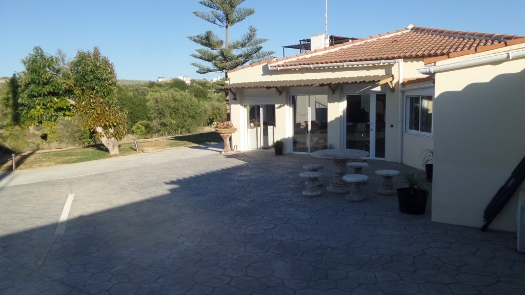 For sale a  Fantastic one floor villa ona  1.100m2 plot,  7 minutes from the town and 2 minutes from, Spain