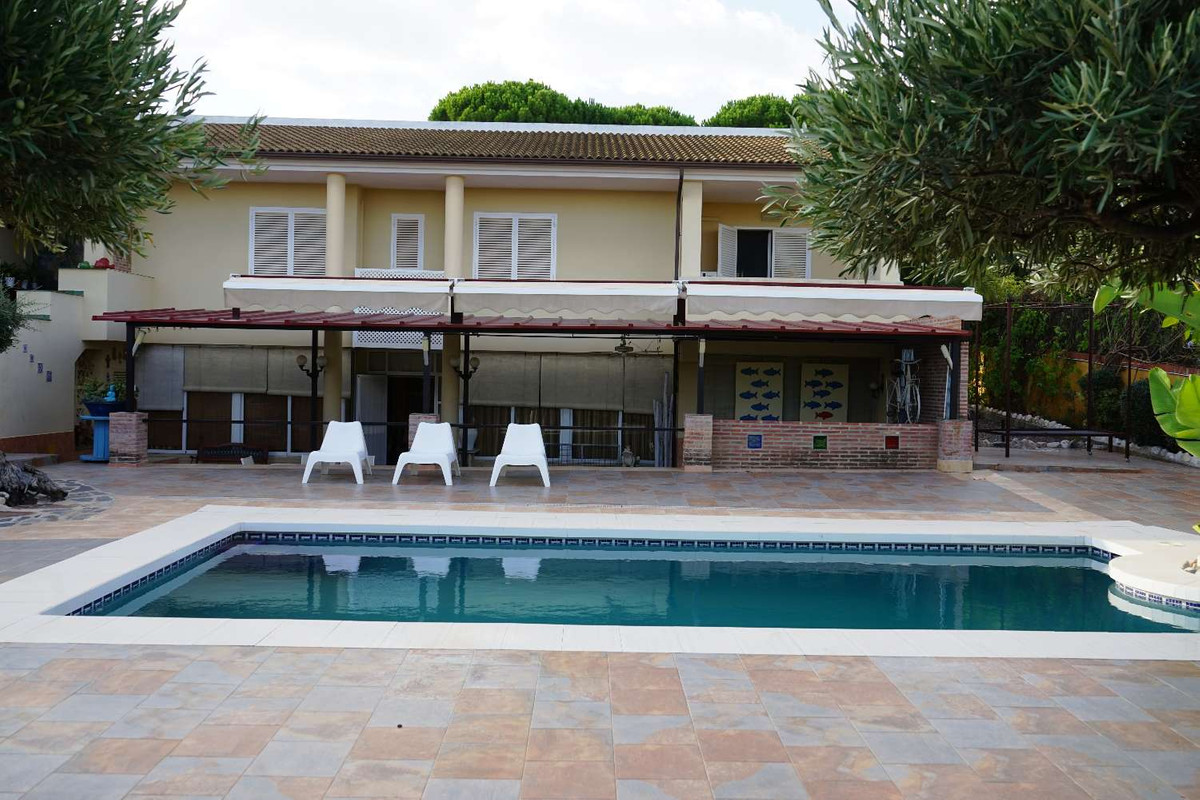 3105-V For sale spectacular villa on 2500m2 of fenced plot. It consists of two houses, the main one ,Spain