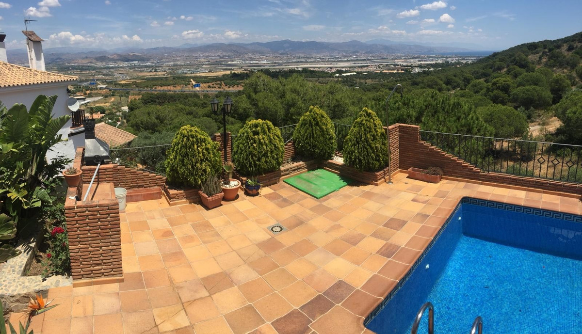 For sale a semi-detachet villa located  in a  quiet residential area on a 318m2 plot. The property i,Spain