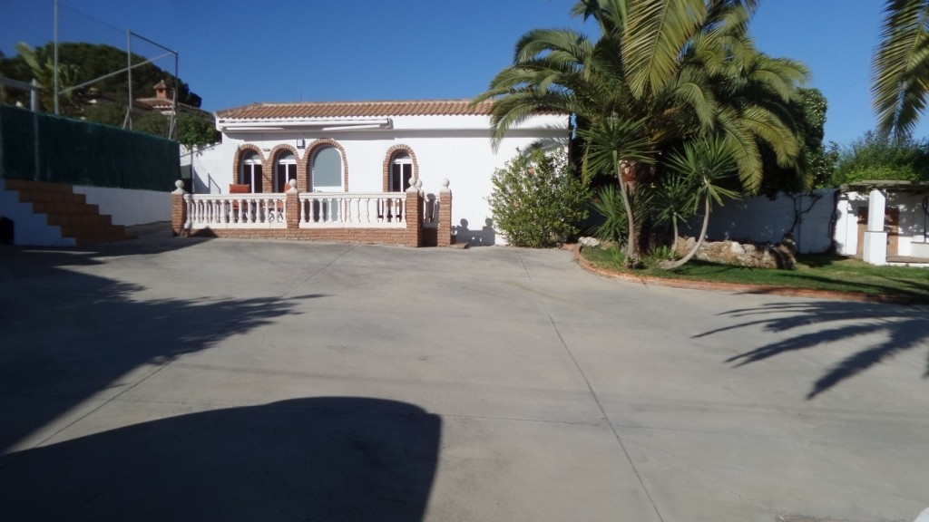 For sale  at  the upper part  of  Pinos de ALhaurin urbanization, a one level magnificent Villa on  , Spain