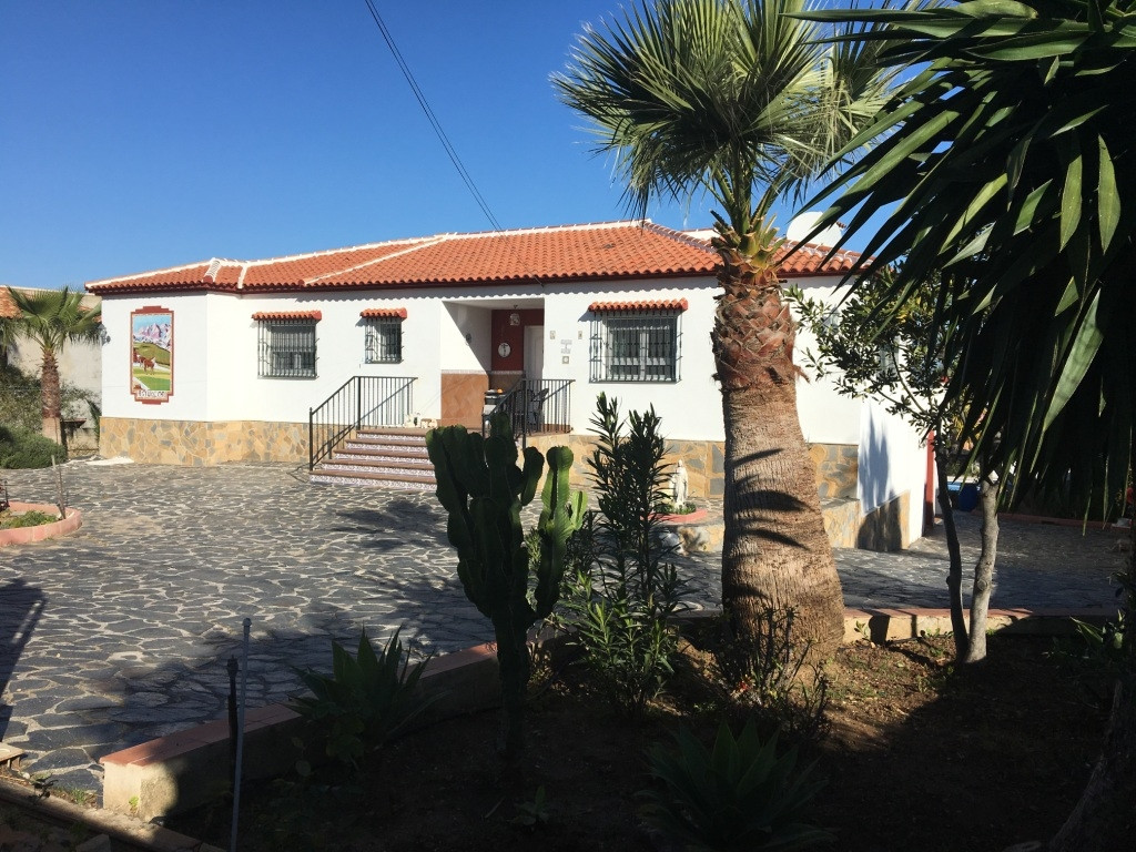 SUPER VILLA FOR SALE IN A QUIET RESIDENTIAL AREA 5 MINUTES FROM THE TOWN CENTRE AND 15 MINUTES FROM ,Spain