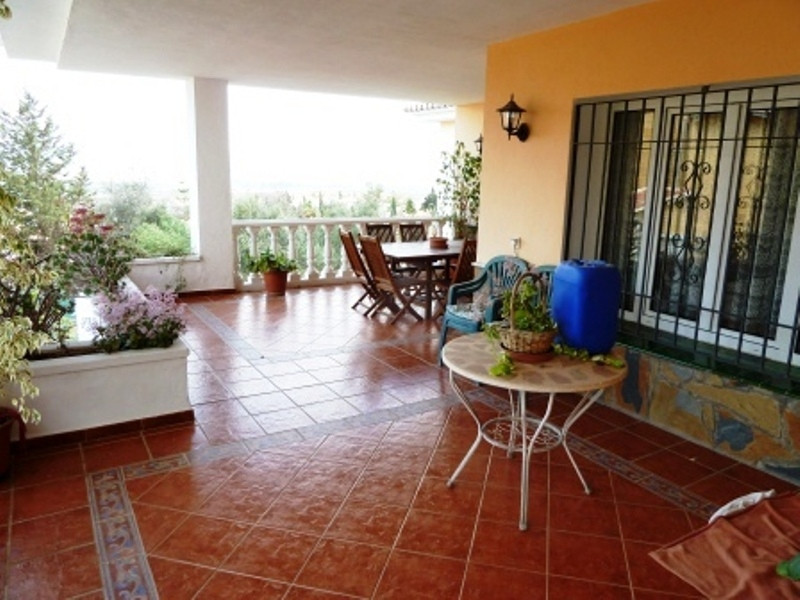 sell spectacular villa on 1225m2 fenced plot without pool, consisting of ground floor lounge, dining,Spain