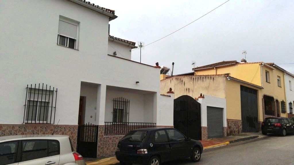 Town house for sale on two floors. Close to all services, 25 minutes from Malaga and its airport and, Spain