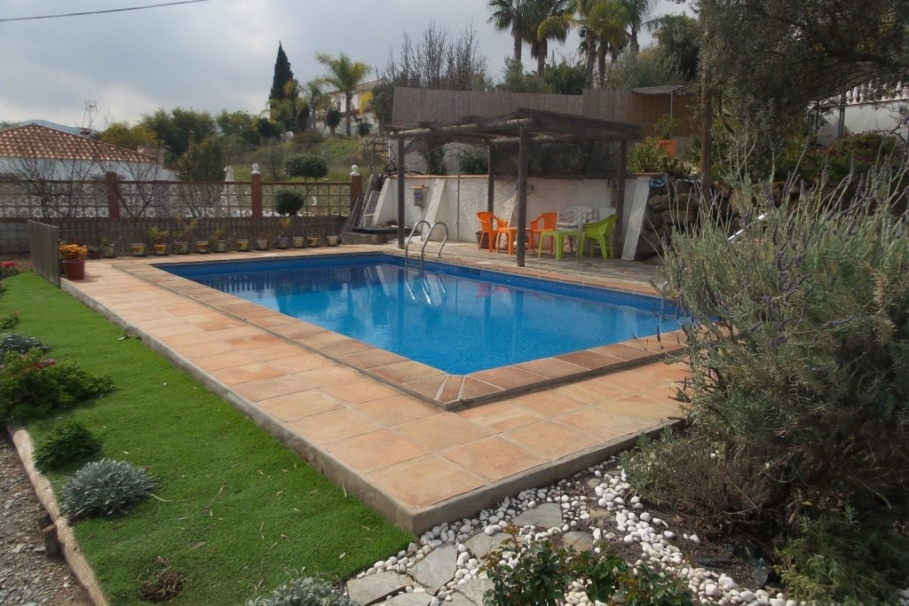 FOR SALE  ONE LEVEL SEMI-DETACHED VILLA ON A1.200 M2 PLOT, WITH  SEVERAL TERRACES  POOL AND GARDEN W,Spain