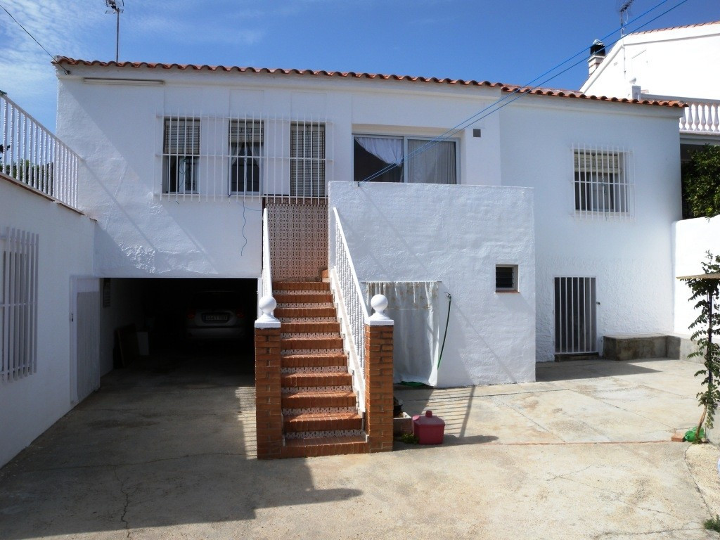 ALHAURIN DE LA TORRE (TORREALQUERIA)For sale a very spacious town house in a 300m2 plot,  with front, Spain