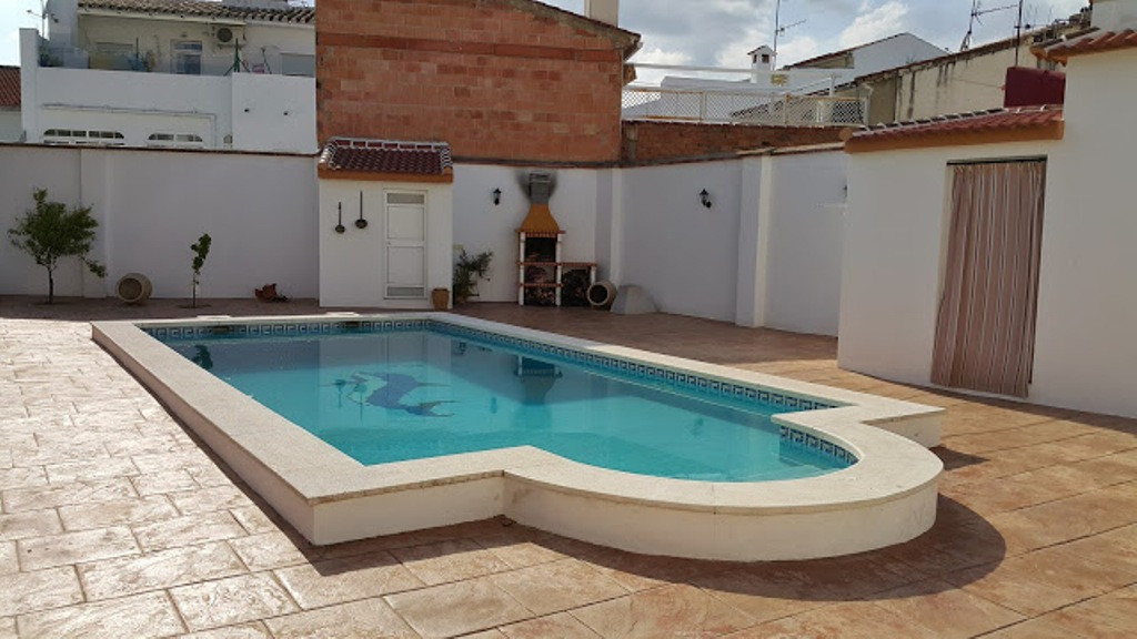 For sale a brand new and large townhouse only  100m from the center and the townhall;  built on a 73,Spain