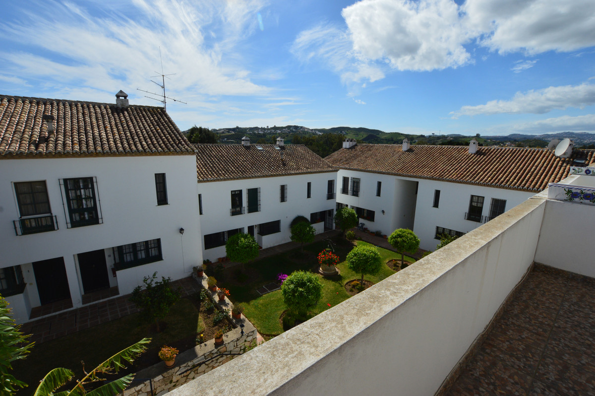 Spacious townhouse located in an idyllic complex next to the Mijas golf course. Distributed on diffeSpain