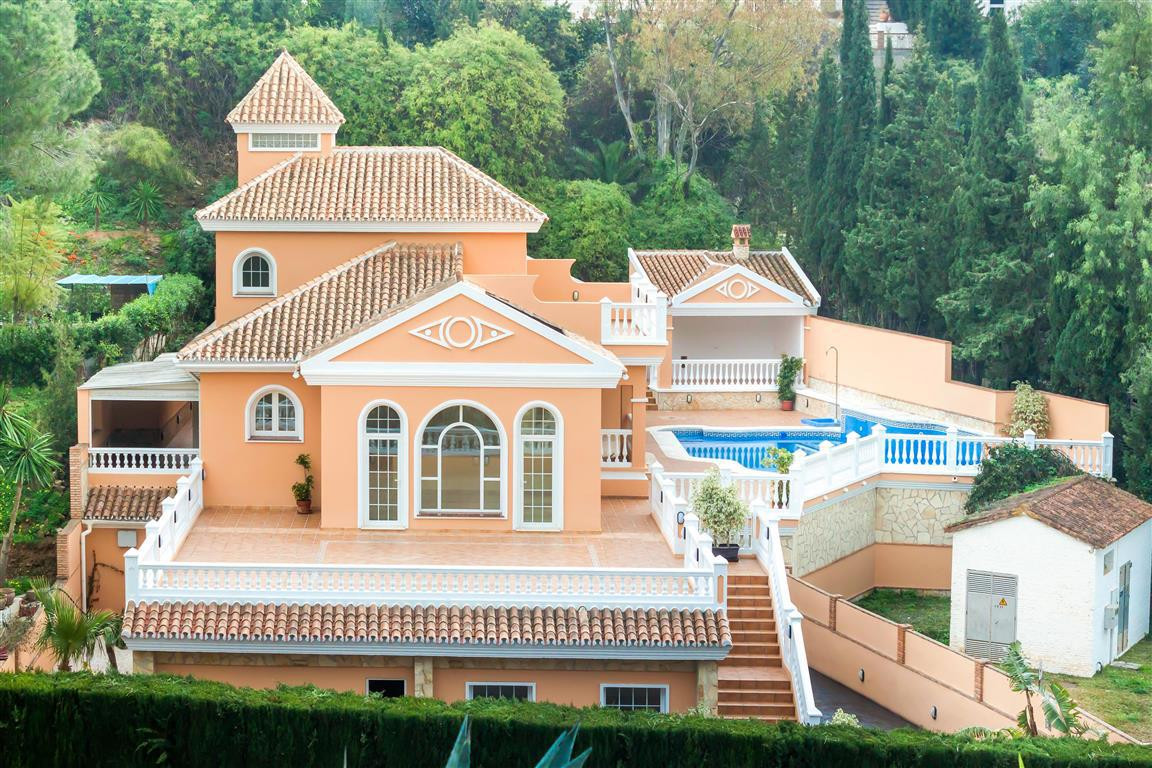 Beautiful villa in quiet area of Campo Mijas. Completely renovated with very good qualities. It also,Spain