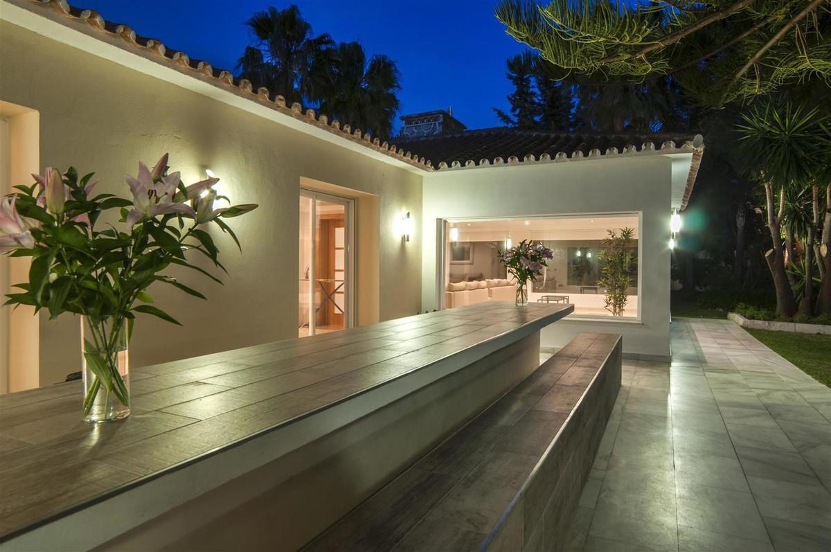 Villa con 8 Dormitorios en Venta Elviria
