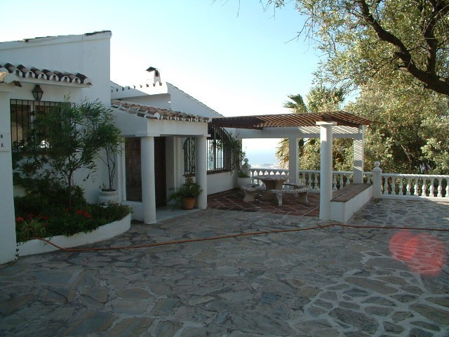 Located within the exclusive development of Los Olivos and within easy reach of the picturesque whit, Spain
