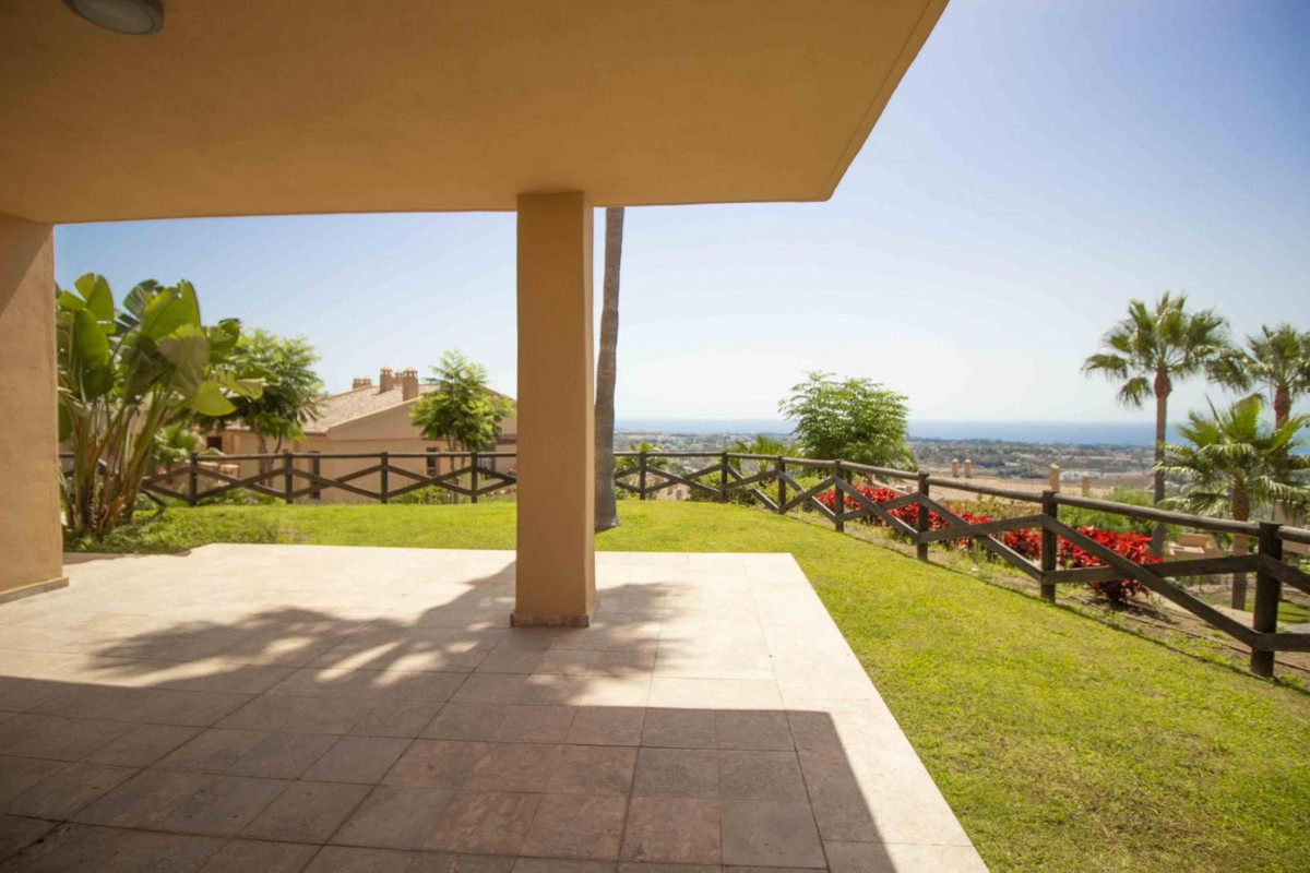 This is a wonderful 3 bedroom groundfloor with sea views and excellent positioning. It has 127 m2 bu, Spain