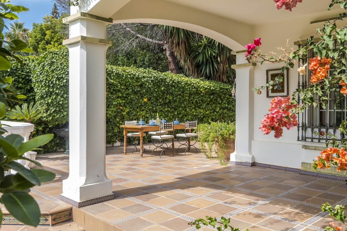 Magnificent Villa with Orientacià South and great porch along the whole plant of it, located next to,Spain