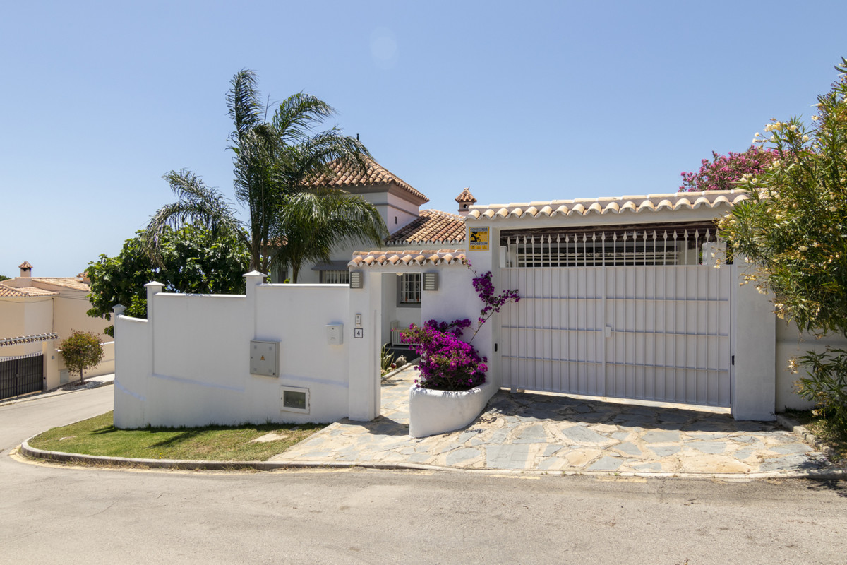 BACK ON THE MARKET!!!  We are proud to present this immaculate villa with sea views in Puerto Romano,Spain