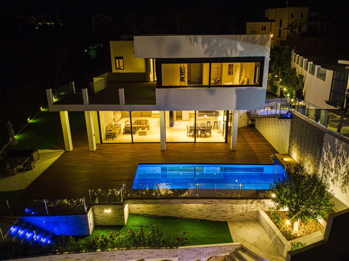 We present to you this wonderful modern home is located within the prestigious gated urbanisation of,Spain