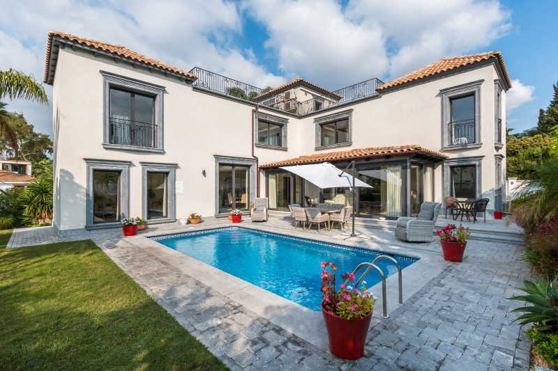 We are delighted to present this beautiful and well-priced villa in Nueva Andalucia, an exceptional ,Spain