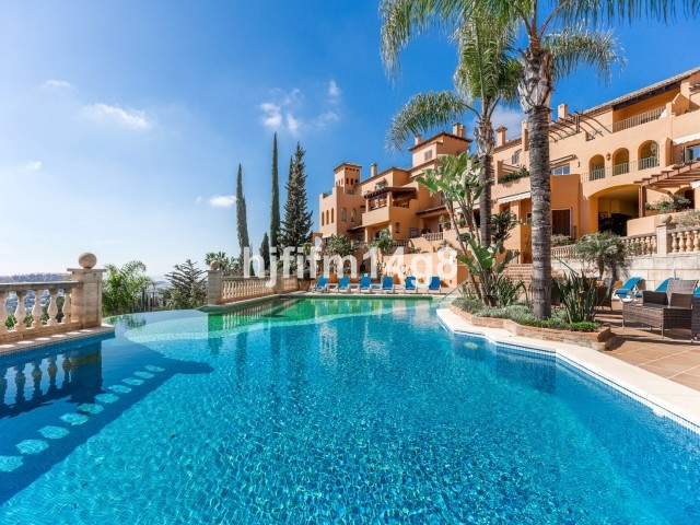 This south-facing 5 bed apartment is a rare find in Nueva Andalucia. The large terrace provides stun,Spain