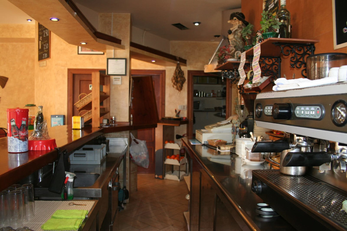 CAFETERIA FULLY EQUIPPED FOR STARTING UP. Local corner for sale with all the necessary equipment for,Spain