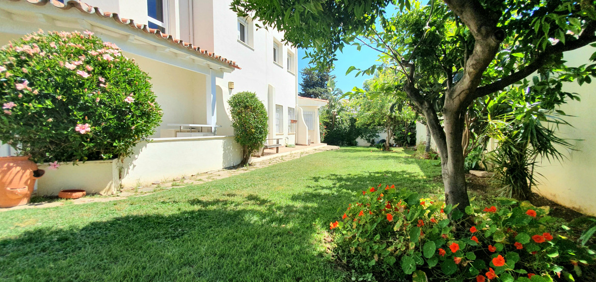 BARGAIN ON THE BEACH Detached house just 200 metres from the beach with many restaurants and bars. Q, Spain