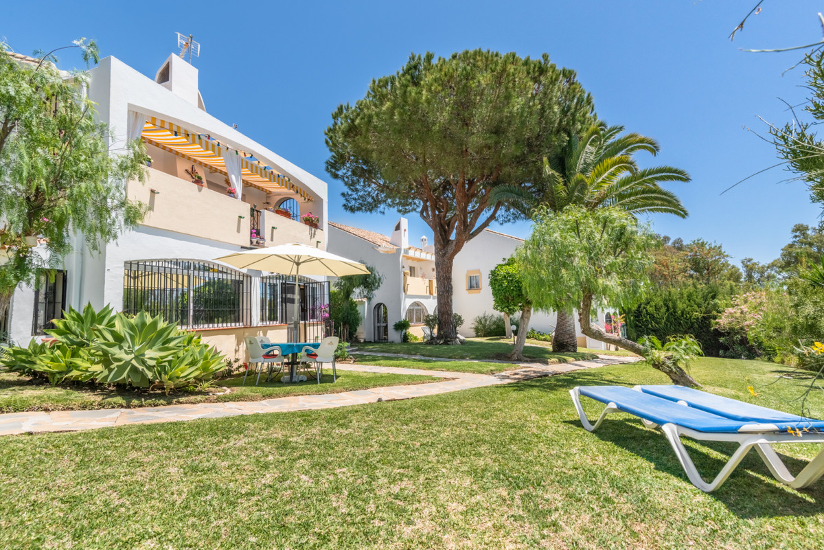 Cozy townhouse in the lower part of Calahonda. The townhouse is located in a nice area with walking ,Spain