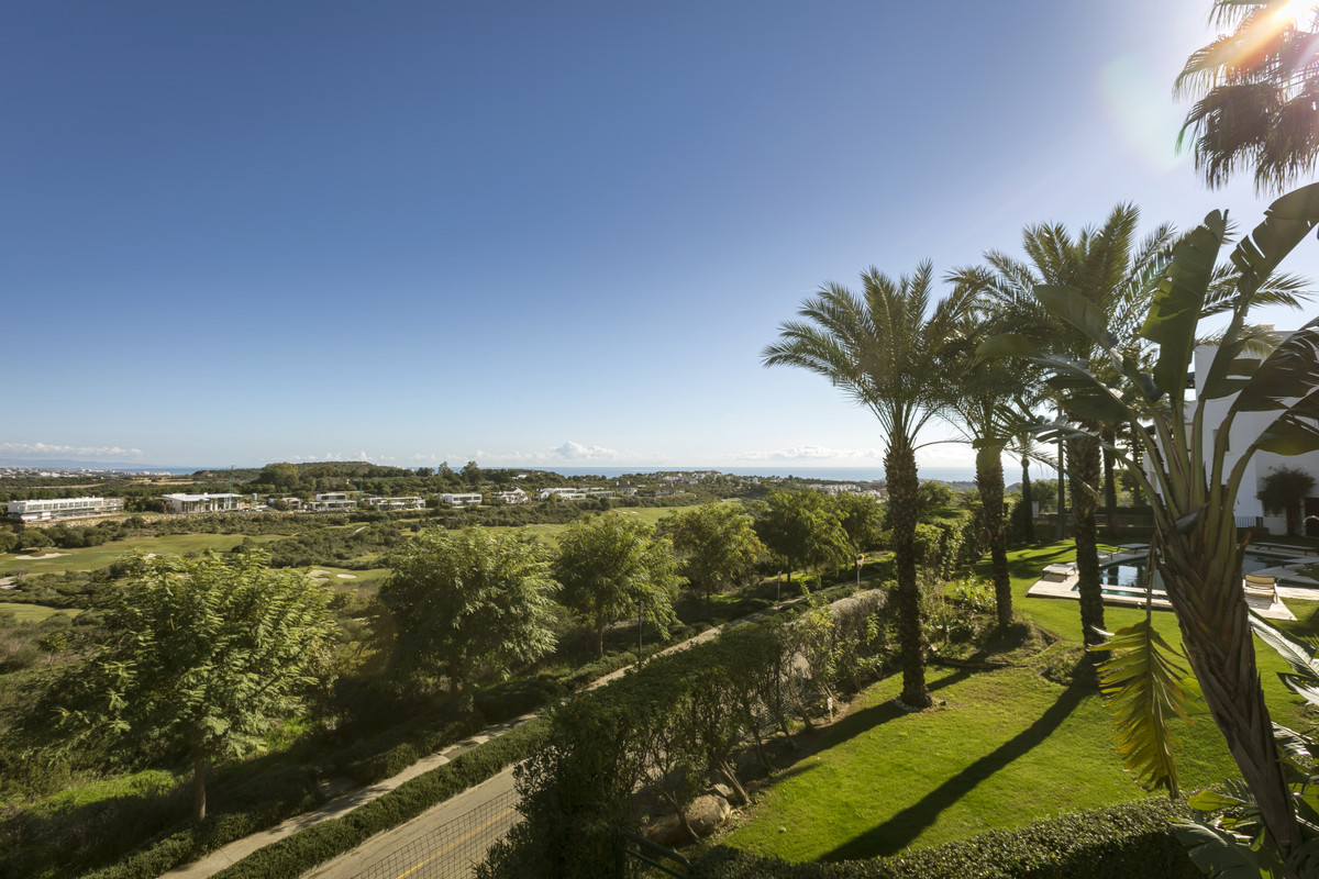 Elegant apartment with panoramic views towards the sea, Casares mountains and over the golf. Located, Spain