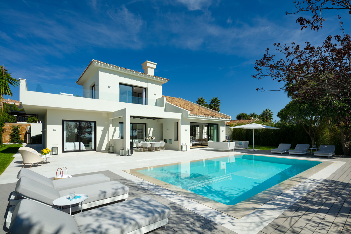 Sumptuous new villa of 4 bedrooms and 4 bathrooms located in the residential area of ??Nueva Andaluc,Spain