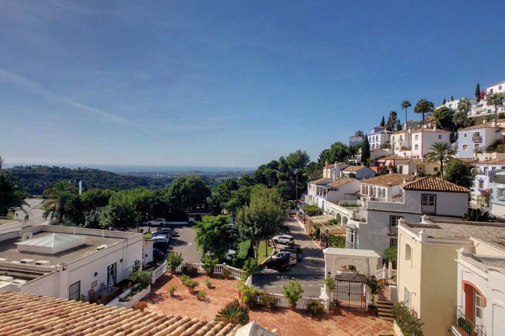 Fantastic, well-priced 3 bedroom townhouse with stunning sea views, located in the popular hillside ,Spain