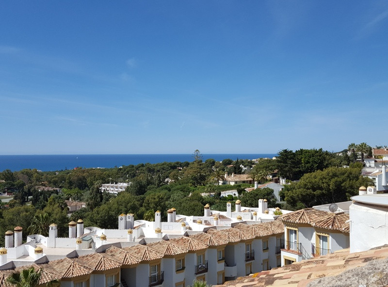 Nicely appointed 3 bed, 2 bath, top floor (2nd)  apartment located in the complex Calahonda Golf, fi,Spain