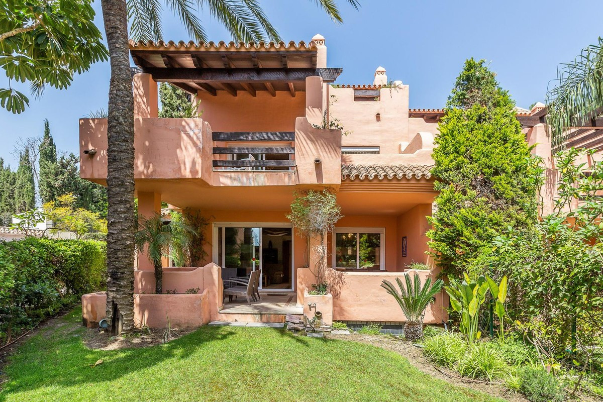 Townhouse, Marbella, Costa del Sol. 5 Bedrooms, 4 Bathrooms Built 296 m2  Terrace 80 m2 Garden 100 m, Spain