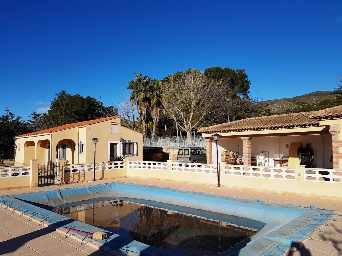 A beautiful, very well maintained and compact country house of 100m2 build on a fenced and walled pl, Spain
