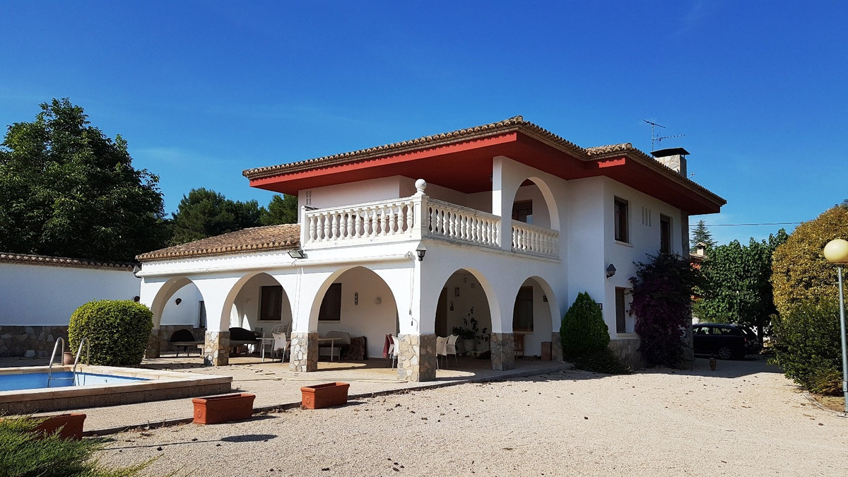 Welcome in this beautiful villa of 332m2 build on a walled and secured plot of 2834m2. Good access r, Spain
