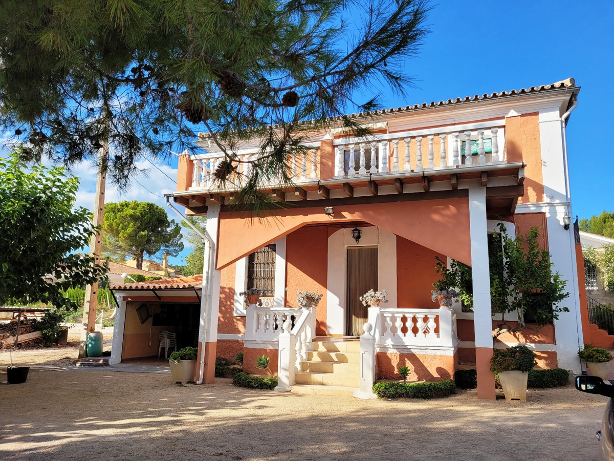 Are you looking for a property at walking distance to town, and a school across the road,  but still,Spain