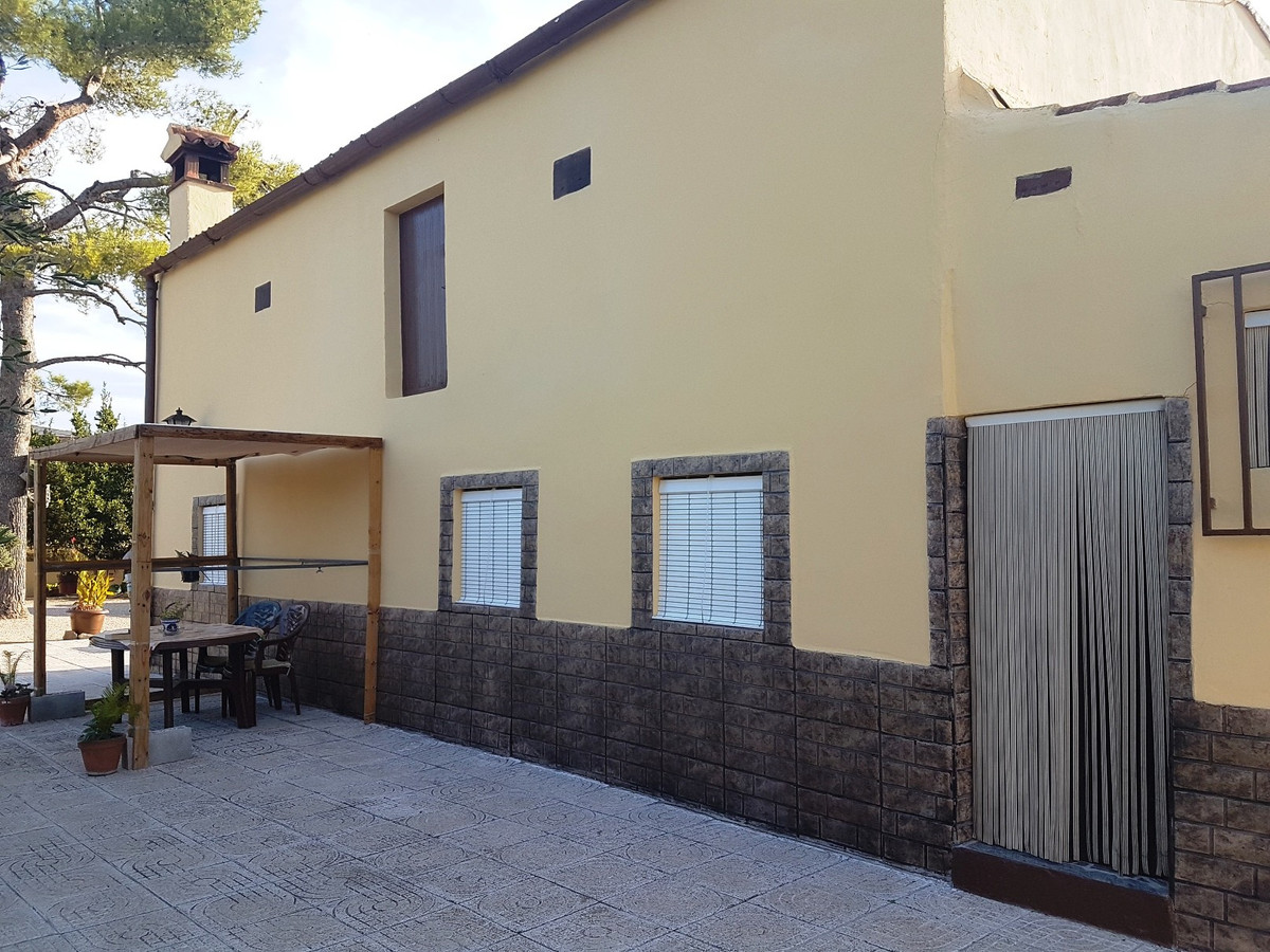 A lovely, very well maintained property, located just on the outskirts of Ontinyent with good access, Spain