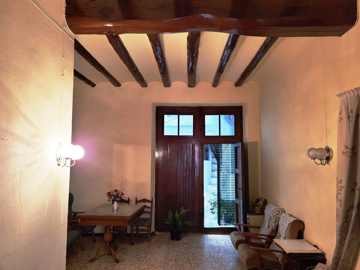 With its 139m2 build surface, this full of character townhouse in the centre of Ontinyent with out d,Spain
