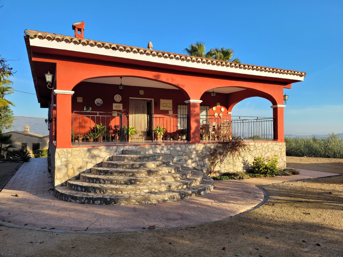 Welcome to this beautiful and very well maintained country house of 283m2 build on a partly fenced p,Spain