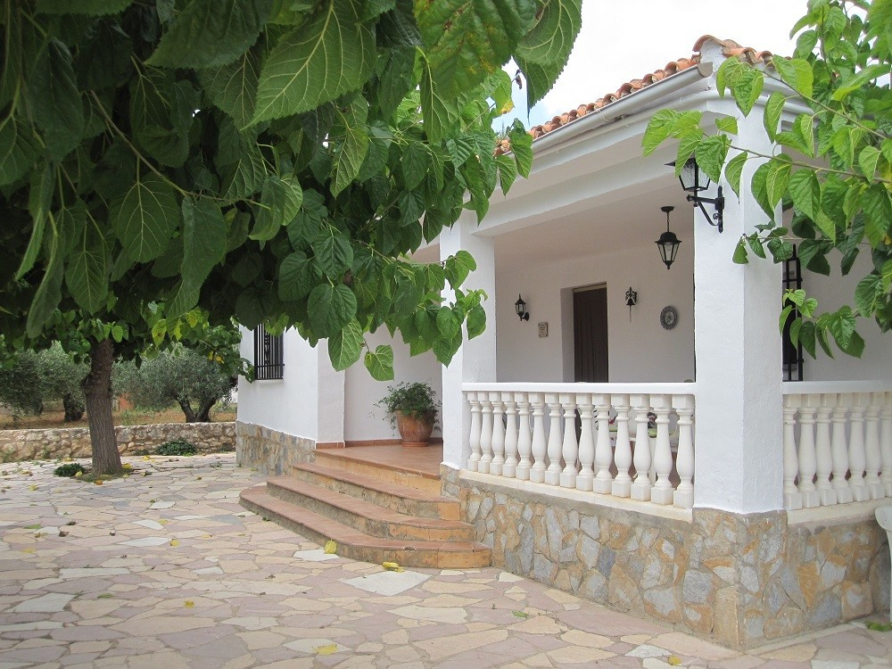Located in a very nice and desirable area of Ontinyent, we offer this country house of 260m2 build o, Spain