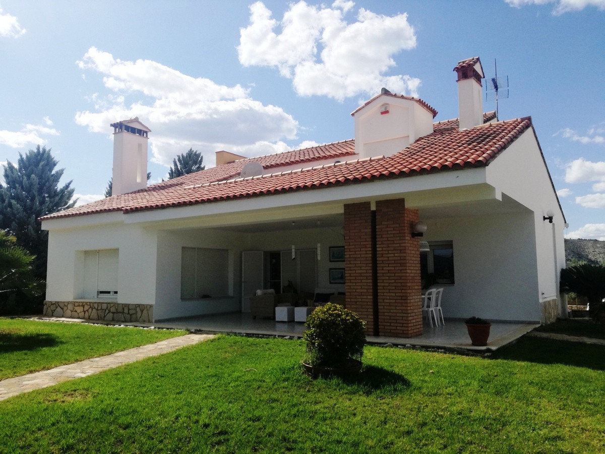 Country house of 386m2 build on a walled and gated plot of 4125m2 for sale in Ontinyent. Good access, Spain