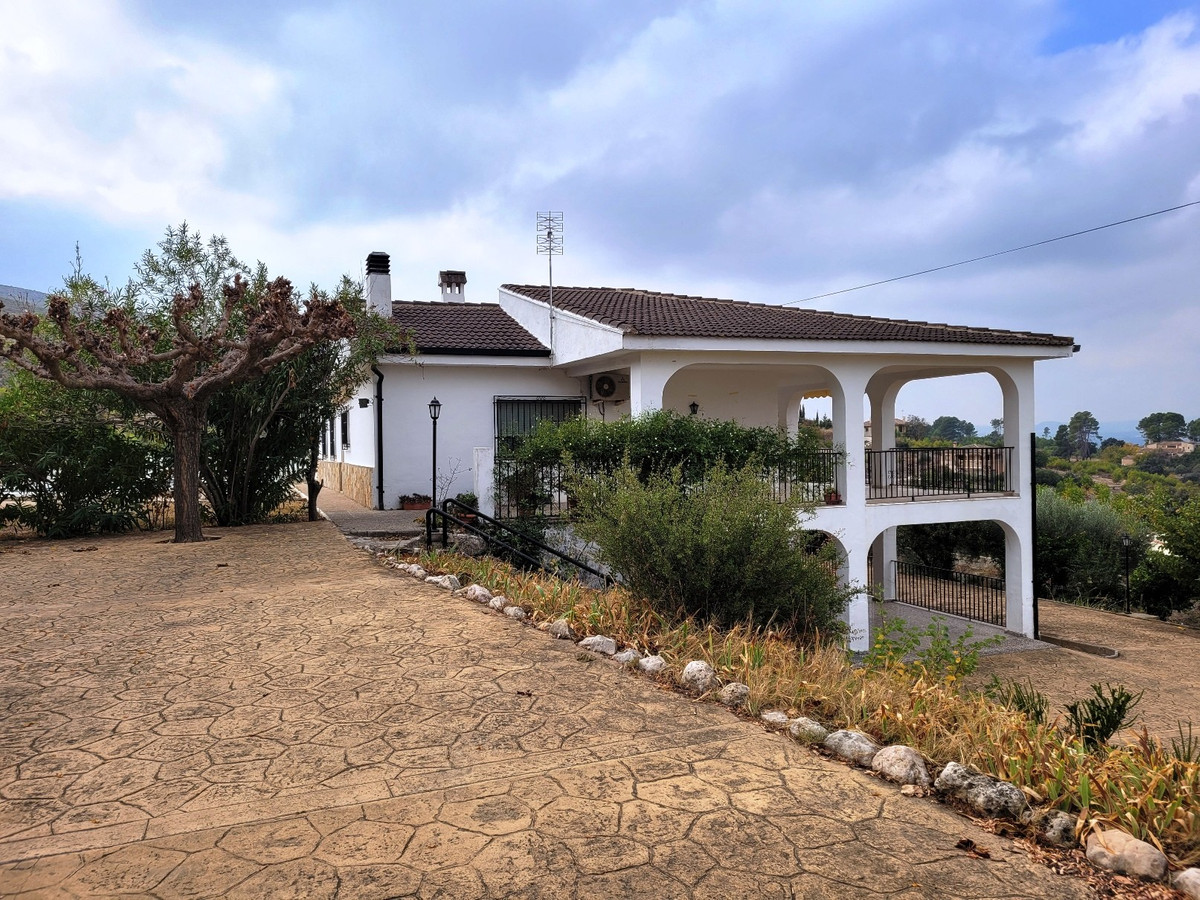 Welcome in this stunning property, located just on the outskirts of Ontinyent. Gated and fenced 3.34,Spain