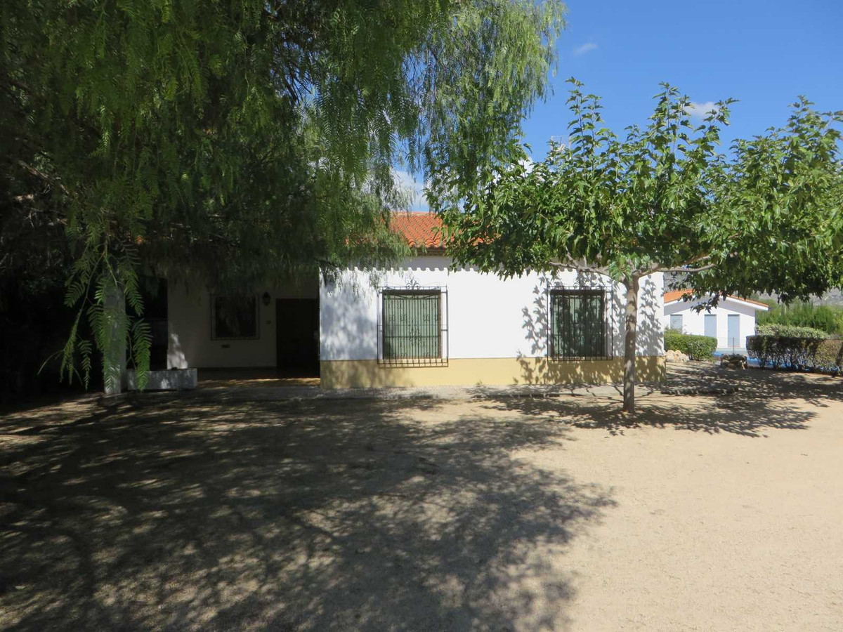 At the end of a private drive way, we find this 5 bed, 2 bath country house on a plot of 5.060m2. Ve,Spain