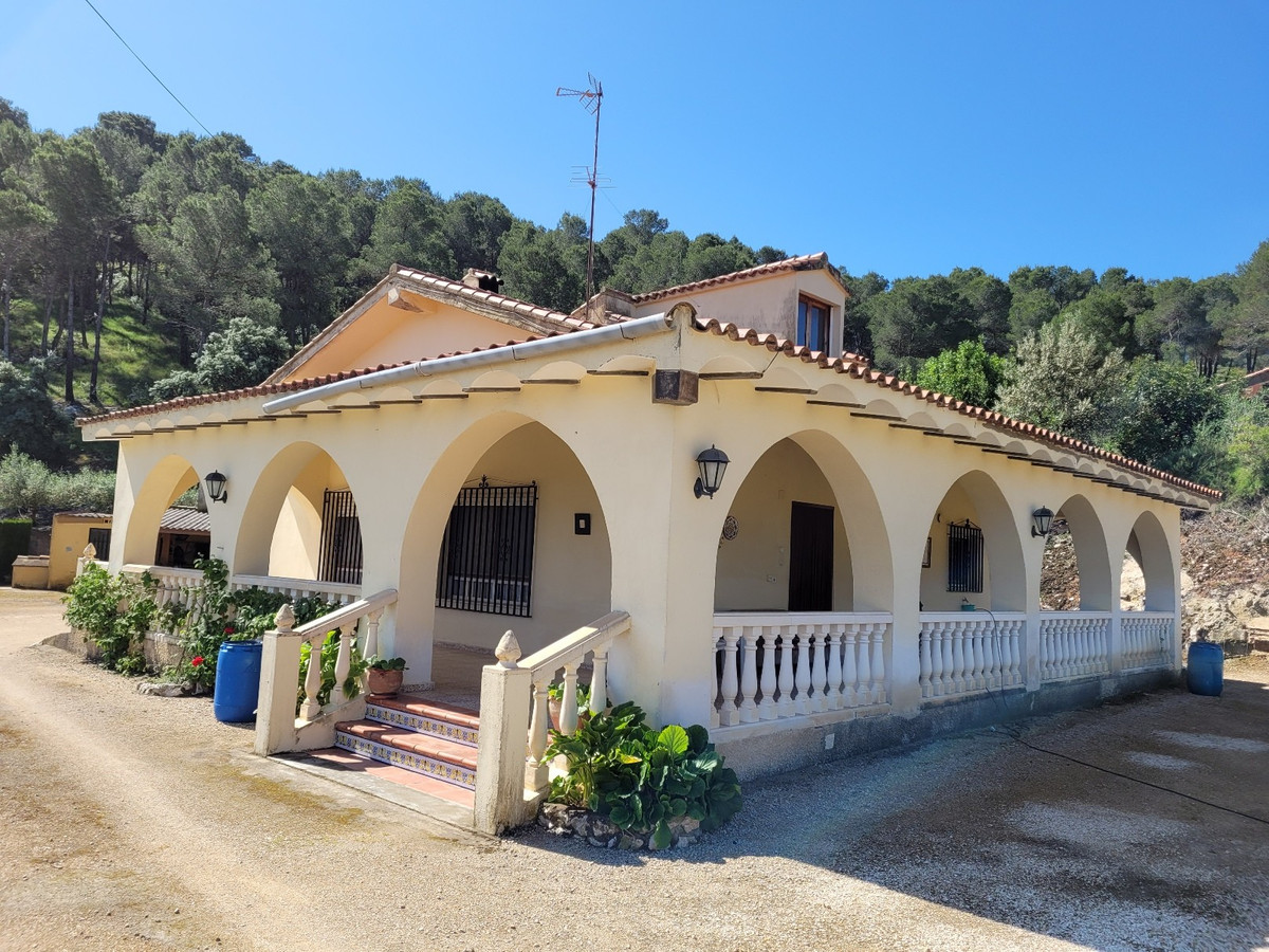 Very well maintained country house of 173 build on a plot of 2.319m2, 2km from the town of Ontinyent,Spain