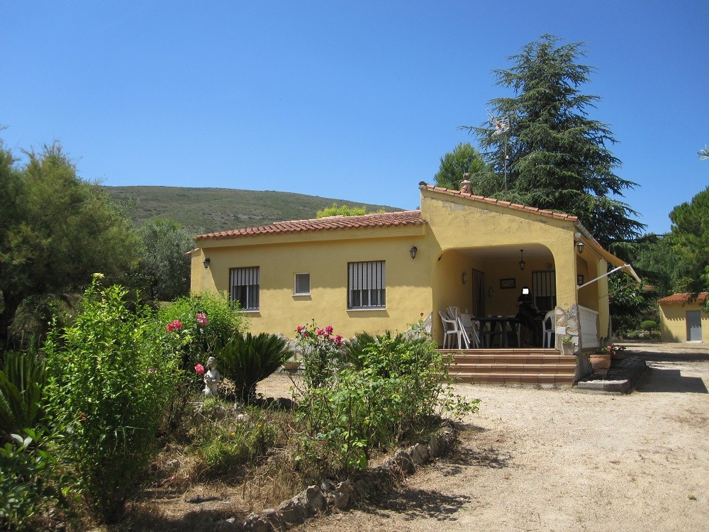 At only 7km from the  centre of Ontinyent, we find this well maintained country house of 116m2 on a , Spain