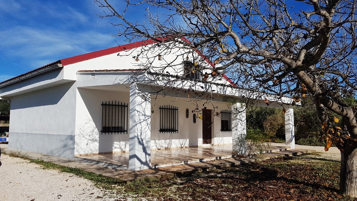At the end of a private long drive, we find this 3 bed, 1 bath country house of 129m2.  Surrounded b,Spain
