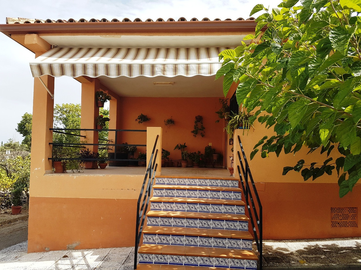 On the outskirts of Ontinyent, at 7km from the centre of town, we find this gated property of 168m2 , Spain