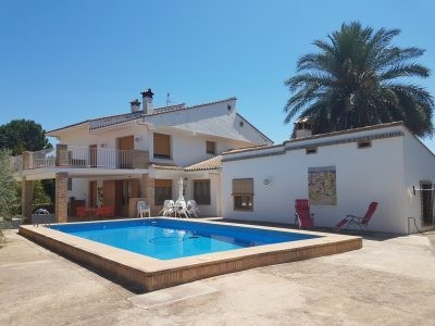 Beautiful property of 482m2 on a fenced and walled plot of 5051m2. Total livable space of 344m2 dist,Spain
