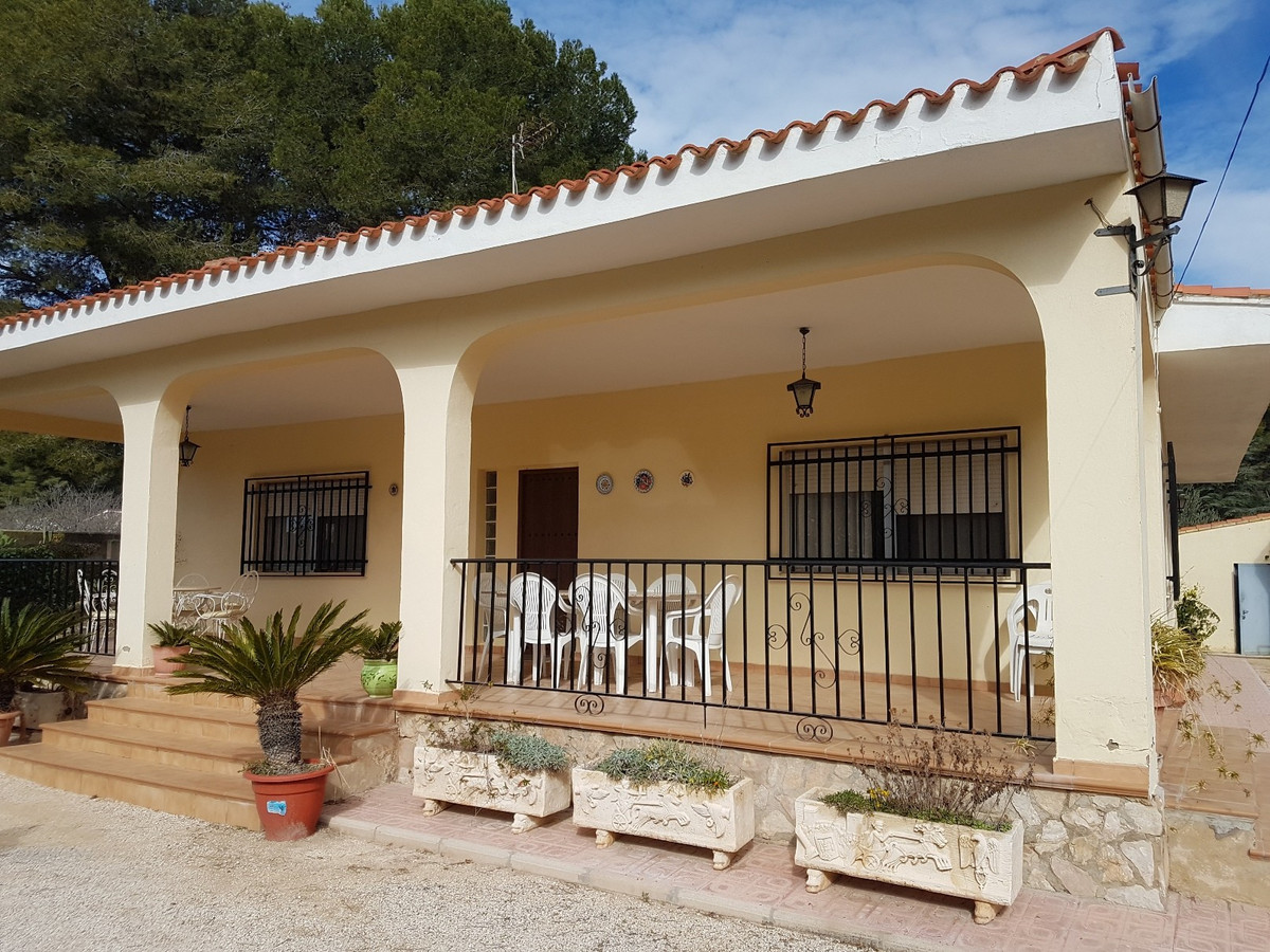 Well maintained country house of 144m2 on a secure plot of 2500m2 with electric gates. 5 bedrooms, l,Spain